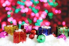 Το κιβώτιο και η διακόσμηση δώρων για διακοσμούν τη Παραμονή Χριστουγέννων Στοκ Φωτογραφία