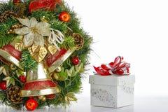 Το κιβώτιο στεφανιών και δώρων απομονώνει στο άσπρο υπόβαθρο Στοκ φωτογραφία με δικαίωμα ελεύθερης χρήσης