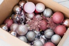 Το κιβώτιο σφαιρών ντεκόρ Χριστουγέννων κατατάξεων αυξήθηκε ασήμι Στοκ φωτογραφία με δικαίωμα ελεύθερης χρήσης