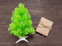Το κιβώτιο χριστουγεννιάτικων δέντρων και δώρων είναι ανοικτό στο ξύλινο υπόβαθρο με Στοκ εικόνα με δικαίωμα ελεύθερης χρήσης