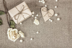 Το κιβώτιο δώρων, άσπρο αυξήθηκαν, οι χάντρες καρδιών και μαργαριταριών, διάστημα αντιγράφων Στοκ εικόνα με δικαίωμα ελεύθερης χρήσης