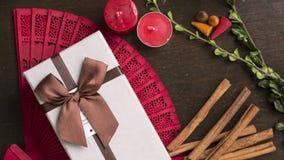Το κιβώτιο δώρων, ξύλινο υπόβαθρο, κανέλα, επίπεδο διάθεσης φθινοπώρου βρέθηκε Στοκ Εικόνες