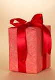 Το κιβώτιο δώρων που διακοσμείται με την κορδέλλα και το τόξο Στοκ φωτογραφία με δικαίωμα ελεύθερης χρήσης