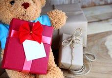 Το κιβώτιο δώρων που τυλίγονται και το παιχνίδι αντέχουν Στοκ εικόνες με δικαίωμα ελεύθερης χρήσης
