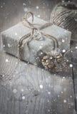 Το κιβώτιο δώρων τύλιξε το ύφασμα λινού και διακόσμησε με το σκοινί, γιούτα, διακόσμηση Χριστουγέννων Συρμένες χιονοπτώσεις Στοκ φωτογραφία με δικαίωμα ελεύθερης χρήσης