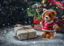 Το κιβώτιο δώρων τύλιξε το ύφασμα λινού και διακόσμησε με το σκοινί, γιούτα, διακόσμηση Χριστουγέννων στο καφετί εκλεκτής ποιότητ Στοκ Φωτογραφία