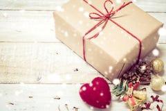 Το κιβώτιο δώρων Χριστουγέννων παρουσιάζει και καρδιά άσπρο σε ξύλινο Στοκ εικόνες με δικαίωμα ελεύθερης χρήσης