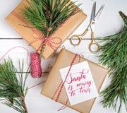 Το κιβώτιο δώρων Χριστουγέννων παρουσιάζει στο ξύλινο υπόβαθρο Στοκ εικόνα με δικαίωμα ελεύθερης χρήσης