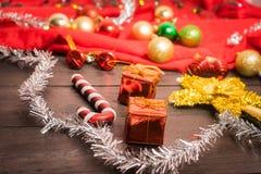 Το κιβώτιο δώρων Χριστουγέννων, το ντεκόρ τροφίμων και το δέντρο έλατου διακλαδίζονται στον ξύλινο πίνακα Στοκ Εικόνα