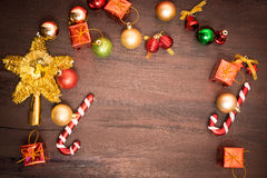 Το κιβώτιο δώρων Χριστουγέννων, το ντεκόρ τροφίμων και το δέντρο έλατου διακλαδίζονται στον ξύλινο πίνακα Το κιβώτιο δώρων Χριστο Στοκ Φωτογραφία