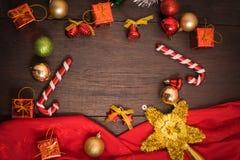 Το κιβώτιο δώρων Χριστουγέννων, το ντεκόρ τροφίμων και το δέντρο έλατου διακλαδίζονται στον ξύλινο πίνακα Στοκ φωτογραφίες με δικαίωμα ελεύθερης χρήσης