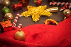 Το κιβώτιο δώρων Χριστουγέννων, το ντεκόρ τροφίμων και το δέντρο έλατου διακλαδίζονται στον ξύλινο πίνακα Στοκ εικόνες με δικαίωμα ελεύθερης χρήσης