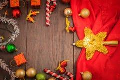 Το κιβώτιο δώρων Χριστουγέννων, το ντεκόρ τροφίμων και το δέντρο έλατου διακλαδίζονται στον ξύλινο πίνακα Στοκ Φωτογραφίες