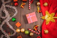 Το κιβώτιο δώρων Χριστουγέννων, το ντεκόρ τροφίμων και το δέντρο έλατου διακλαδίζονται στον ξύλινο πίνακα Στοκ εικόνα με δικαίωμα ελεύθερης χρήσης