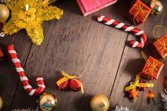Το κιβώτιο δώρων Χριστουγέννων, το ντεκόρ τροφίμων και το δέντρο έλατου διακλαδίζονται στον ξύλινο πίνακα Στοκ φωτογραφία με δικαίωμα ελεύθερης χρήσης