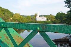 Το κιγκλίδωμα μιας παλαιάς γέφυρας με την εκκλησία στο υπόβαθρο Στοκ Εικόνα