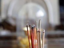 Το κινέζικο είδωλο κολλά το θυμίαμα με την τέφρα Στοκ Εικόνες