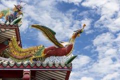 Το κινεζικό άγαλμα κύκνων στη στέγη Στοκ Εικόνες