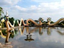 Το κινεζικό άγαλμα δράκων γύρω από τη λίμνη, τέχνες καλύπτει έναν συνδυασμό ύφους Κίνα και Ταϊλάνδη ένας μοναδικός Στοκ Φωτογραφίες