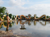 Το κινεζικό άγαλμα δράκων γύρω από τη λίμνη, τέχνες καλύπτει έναν συνδυασμό ύφους Κίνα και Ταϊλάνδη ένας μοναδικός Στοκ εικόνα με δικαίωμα ελεύθερης χρήσης