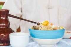 Το κινεζικό άτομο τρώει το χορτοφάγο casserole ρύζι Στοκ φωτογραφία με δικαίωμα ελεύθερης χρήσης