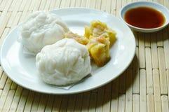 Το κινεζικό βρασμένο στον ατμό κουλούρι γέμισε το κομματιασμένο χοιρινό κρέας και το αμυδρό ποσό με τη σάλτσα σόγιας Στοκ Εικόνες