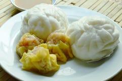 Το κινεζικό βρασμένο στον ατμό κουλούρι γέμισε το κομματιασμένο χοιρινό κρέας και το αμυδρό ποσό με τη σάλτσα σόγιας Στοκ φωτογραφία με δικαίωμα ελεύθερης χρήσης