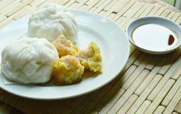 Το κινεζικό βρασμένο στον ατμό κουλούρι γέμισε το κομματιασμένο χοιρινό κρέας και το αμυδρό ποσό με τη σάλτσα σόγιας Στοκ εικόνα με δικαίωμα ελεύθερης χρήσης