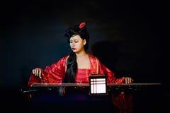 Το κινεζικό κορίτσι έντυσε στο κλασσικό φόρεμα Στοκ Φωτογραφία