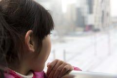 Το κινεζικό κορίτσι κοιτάζει από μακρυά Στοκ φωτογραφίες με δικαίωμα ελεύθερης χρήσης