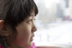 Το κινεζικό κορίτσι κοιτάζει από μακρυά Στοκ εικόνα με δικαίωμα ελεύθερης χρήσης