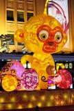 Το κινεζικό νέο έτος οργάνωσης πιθήκων μπροστά από τη λεωφόρο αγορών πολυτέλειας στο Πεκίνο Στοκ εικόνες με δικαίωμα ελεύθερης χρήσης