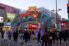 Το κινεζικό νέο έτος οργάνωσης πιθήκων μπροστά από τη λεωφόρο αγορών πολυτέλειας στο Πεκίνο Στοκ εικόνα με δικαίωμα ελεύθερης χρήσης