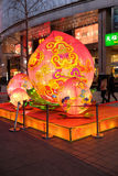 Το κινεζικό νέο έτος οργάνωσης πιθήκων μπροστά από τη λεωφόρο αγορών πολυτέλειας στο Πεκίνο Στοκ Φωτογραφίες