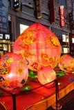 Το κινεζικό νέο έτος οργάνωσης πιθήκων μπροστά από τη λεωφόρο αγορών πολυτέλειας στο Πεκίνο Στοκ Φωτογραφία