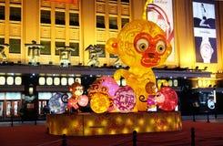 Το κινεζικό νέο έτος οργάνωσης πιθήκων μπροστά από τη λεωφόρο αγορών πολυτέλειας στο Πεκίνο Στοκ Εικόνες