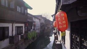 Το κινεζικό φανάρι εγγράφου που ταλαντεύεται στον αέρα στην παλαιά πόλη Nanxiang και προαναγγέλλει την αρχή του νέου έτους απόθεμα βίντεο