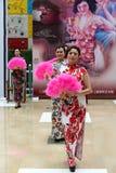Το κινεζικό cheongsam παρουσιάζει Στοκ εικόνες με δικαίωμα ελεύθερης χρήσης