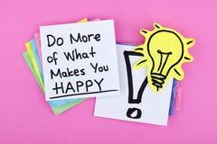 Το κινητήριο εμπνευσμένο μήνυμα σημειώσεων φράσης/κάνει περισσότερων αυτό που σας κάνει ευτυχησμένους στοκ φωτογραφία