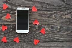Το κινητό τηλέφωνο είναι άσπρο στο χρώμα στα πλαίσια ενός τ στοκ φωτογραφία με δικαίωμα ελεύθερης χρήσης