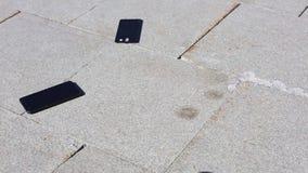 Το κινητό τηλέφωνο περιέρχεται στο έδαφος και τις διασπάσεις στα μέρη, ανθρώπινο χέρι που παίρνει το μακριά Αισθητήριες τηλεφωνικ απόθεμα βίντεο