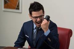 το κινητό τηλέφωνο επιχειρηματιών απομόνωσε άσπρο να φωνάξει Στοκ Εικόνες