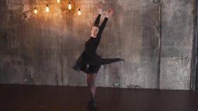 Το κλασσικό κορίτσι χορευτών μπαλέτου κάνει τις περιστροφές γύρω από την φιλμ μικρού μήκους