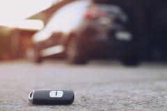 Το κλειδί αυτοκινήτων, παράδοση επιχειρηματιών δίνει στοκ εικόνες