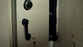 Το κλειδί που αφήνεται στην ανοιγμένη κλοπή ασφαλούς, πνευματικής ιδιοκτησίας γραφείων, διορθώνει την προστασία στοκ εικόνες