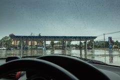 Το κοίταγμα από μέσα από το αυτοκίνητο, η ατμόσφαιρα στο stati αερίου Στοκ Φωτογραφία