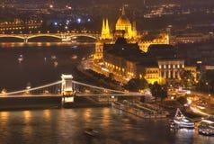 Το Κοινοβούλιο της Βουδαπέστης, Ουγγαρία, Βουδαπέστη, γέφυρα αλυσίδων, ποταμός Δούναβη - εικόνα νύχτας Στοκ Εικόνες