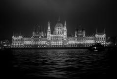 Το Κοινοβούλιο της Βουδαπέστης τή νύχτα γραπτό στοκ εικόνες με δικαίωμα ελεύθερης χρήσης