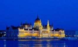 Το Κοινοβούλιο στη νύχτα της Βουδαπέστης με το φωτισμό Στοκ φωτογραφίες με δικαίωμα ελεύθερης χρήσης