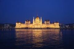 Το Κοινοβούλιο της Βουδαπέστης που εξετάζει Δούναβη Στοκ Εικόνα